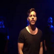 """בוגר הסטודיו ניב חביב יחד עם מאי מלר בשיר """"אל"""" מתוך """"מצדה 42"""" בתיאטרון הבימה"""