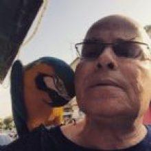 יורם לוינשטיין עם חבר משוק התקווה שמתעקש לקרוא לו אבא