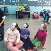 שיעור מסיכות לילדי שכונת התקווה במסגרת הפעילות הקהילתית של הסטודיו