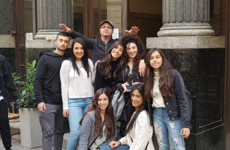 """קבוצת הנוער הדתי בפסטיבל בינלאומי בברנו, צ'כיה, עם ההפקה """"מבעד למראה"""""""