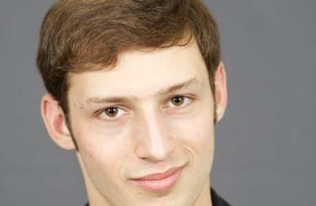 """טום מרסייה, בוגר הסטודיו, השחקן הראשי בסרט """"מילים נרדפות"""", שזכה השבוע בפסטיבל ברלין – כתבה ב MAKO"""
